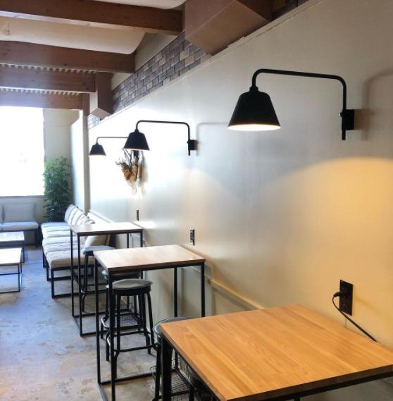 作業スペースとしても。 コーヒーを愉しみたい人も。 気の合う人と話したい人も。