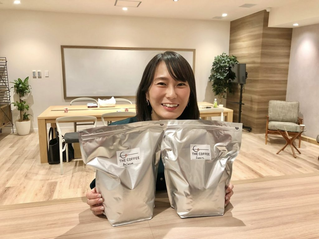 株式会社フュービック社長秘書の竹谷さんと、コーヒーの味を調整